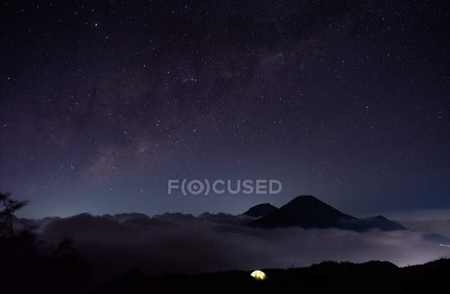 Amazing landscape with scenic mountains with night sky in overview — Photo de stock