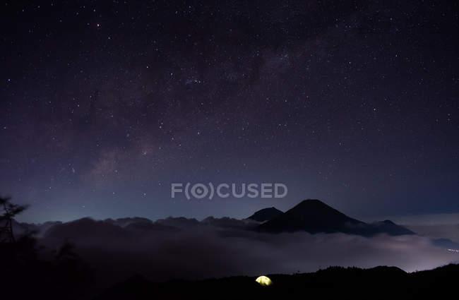 Дивовижний краєвид з мальовничими горами з нічним небом в огляді — стокове фото