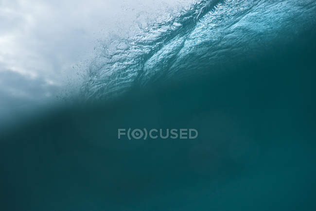 Selective focus of beautiful ocean waves with blue water — Stock Photo