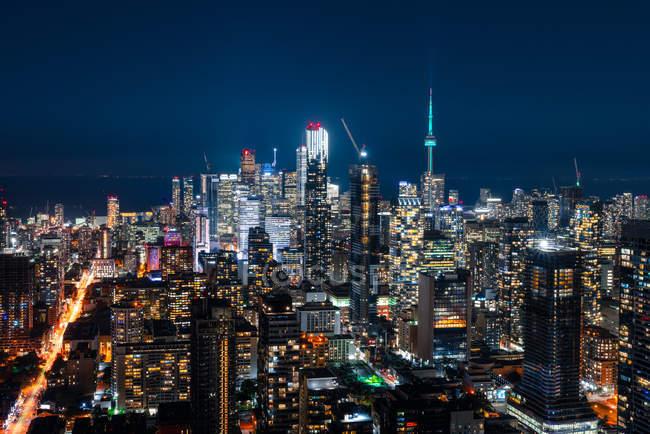 Vista aérea de edificios iluminados y paisajes urbanos por la noche. - foto de stock