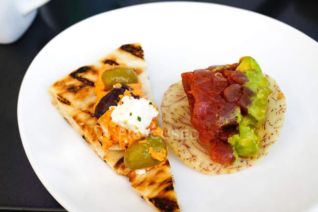 Opinião do close-up da refeição do gourmet na placa branca — Fotografia de Stock