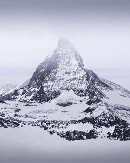 Blick auf den majestätischen Gletscherberg mit Schnee bedeckt an bewölktem Tag — Stockfoto