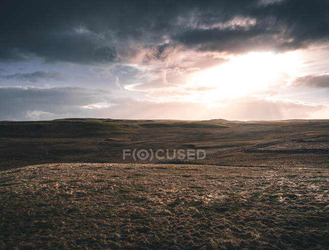 Удивительный пейзаж с серыми холмами и пасмурным небом — стоковое фото