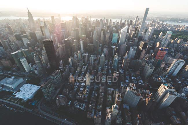 Vista aérea del paisaje urbano urbano con edificios de gran altura y rascacielos - foto de stock
