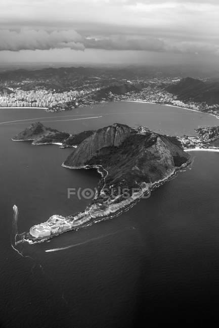 Vista aerea del corpo calmo di acqua ed edifici sulla costa, immagine in bianco e nero — Foto stock