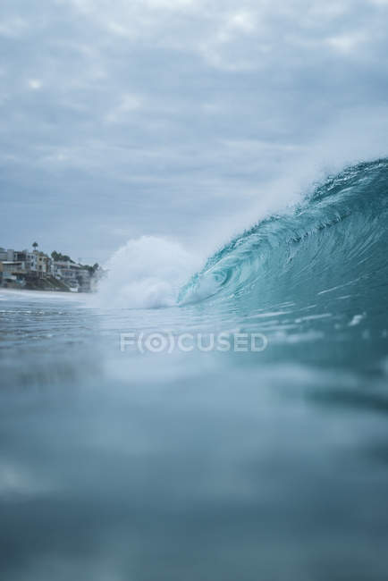 Vista ad angolo basso di bella onda di mare curva blu durante il giorno — Foto stock