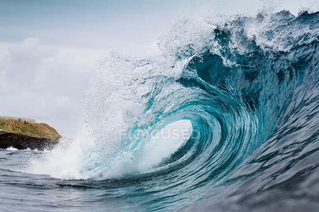 Низький кут зору красивою блакитною кривої морської хвилі в денний час — стокове фото