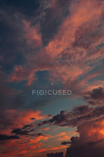Vue étonnante des nuages gris et du ciel bleu pendant l'heure d'or — Photo de stock