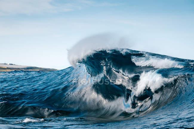 Величні блакитні морські хвилі проти ясних небо — стокове фото