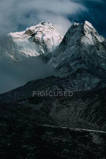 Paesaggio incredibile con montagne panoramiche coperte di neve — Foto stock