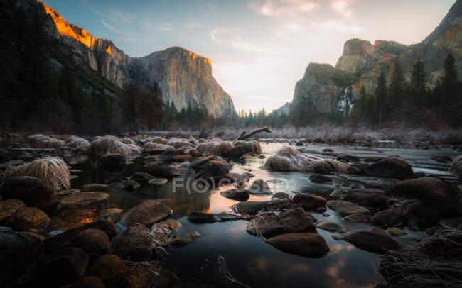 Incredibile vista naturale delle rocce sul fiume e montagne panoramiche — Foto stock