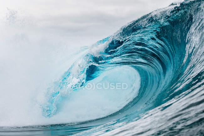 Низький кут зору величної Блакитної океанської хвилі в похмурий день — стокове фото