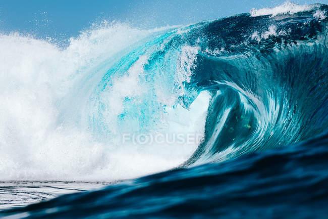 Дивовижний природний вигляд з блакитними хвилями моря в денний час — стокове фото