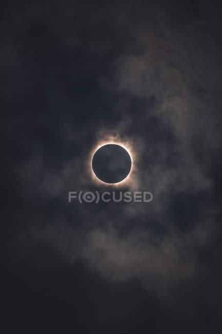 Erstaunliche natürliche Szene der Sonnenfinsternis in dunklen Himmel — Stockfoto