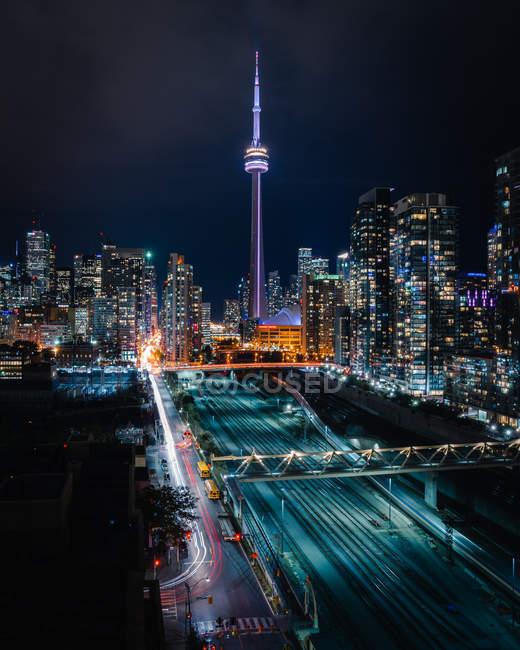 Fotografía de lapso de tiempo de los vehículos en la carretera urbana y el paisaje urbano por la noche - foto de stock