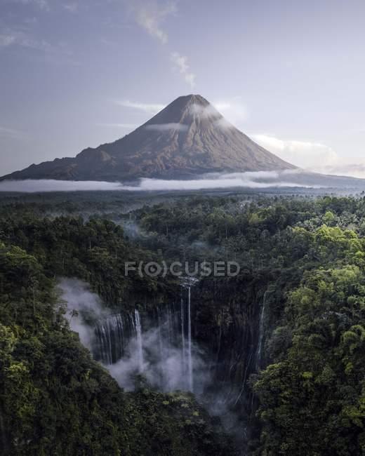 Vista aérea das cachoeiras na parte inferior do vulcão durante o dia — Fotografia de Stock