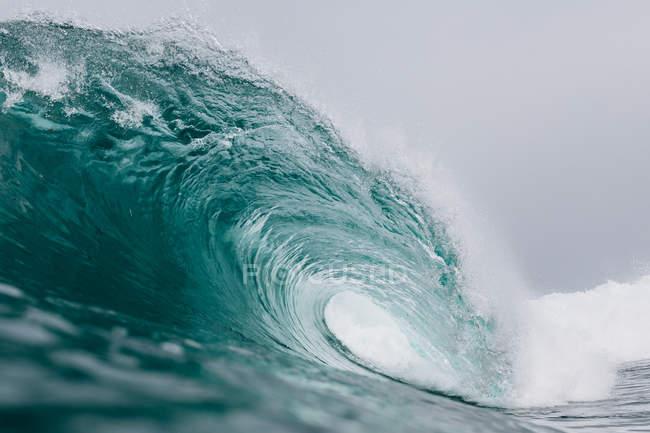 Крупний план зору дивовижної чіткої Блакитної хвилі тіла води — стокове фото