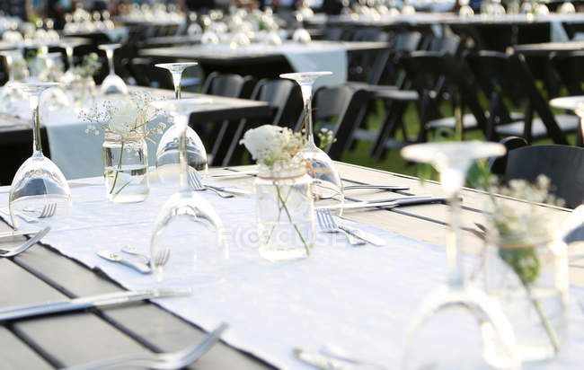 Close-up view of elegant served wedding table settings — Stock Photo