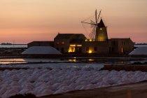Соляний завод на заході сонця, солона Трапані, вітряк, заповідник, Марсала, Сицилія, Італія, Європа — стокове фото