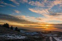 Lever de soleil sur une montagne, Mont Corno, Altopiano d'Asiago, Vénétie, Italie — Photo de stock