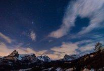 Starry night at Giau Pass, Nuvolau, cernera, Lastoi de Formin, Giau Pass, Cortina d 'Ampezzo, Dolomiti, Dolomites, Veneto, Italy — стоковое фото