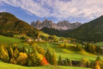 Ландшафт Автумн, район Больцано, долина Фунес, Трентино-Альто-Аменас, Джильо, Италия — стоковое фото