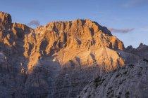 Monte Moiazza, da sinistra a destra il crinale di Masenade, il picco della Cattedrale, Pala di Masenade e il Pala del Belia al tramonto. Civetta - Gruppo Moiazza, Dolomiti, Agordino, Veneto, Italia — Foto stock