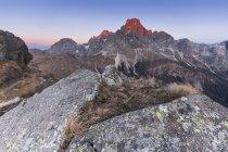 Alpenglow sur la Cimon della Pala, Bureloni et le mont Mulaz, vu de Cavallazza Piccola, Lagorai, Trentin-Haut Adige, Italie — Photo de stock