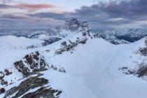 Vue d'hiver vers le mont Mondeval, suivie de l'imposant mont Pelmo, Dolomites, Vénéto, Italie — Photo de stock