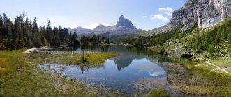 Лаго Федера, в бакзе Бекко ди Меццод, Доломитовые альпы, Венето, Италия — стоковое фото