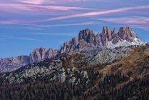 Vista do Falzarego Mountain Pass em direção ao monte Croda da Lago nas Dolomitas. As Dolomitas são listadas como Patrimônio Mundial da UNESCO. europa, Europa Central, itália, novembro — Fotografia de Stock