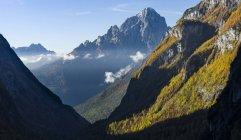 Валь Корпасса в горном хребте Сиветта - Мойацца в долине реки. На заднем плане - горох Пале-ди-Сан-Мартино. Доломиты Венето являются частью мирового наследия ЮНЕСКО. Европа, Центральная Европа, Италия, Октябрь — стоковое фото