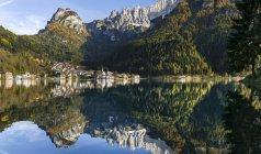Village Alleghe à Lago di Alleghe au pied du mont Civetta, l'une des icônes des Dolomites de la Vénétie. Les Dolomites de la Vénétie font partie du patrimoine mondial de l'UNESCO. Europe, Europe centrale, Italie, octobre — Photo de stock