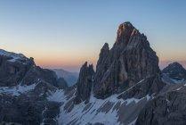 The first sun rays touch the summit of the Croda dei Toni, Dolomiti di Sesto, Trentino-Alto Adige, Italy — Stock Photo