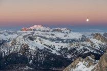 Crépuscule et pleine lune dans les Dolomites avec les sommets du groupe de montagne Sella, Nuvolau, Dolomites, Vénétie, Italie — Photo de stock