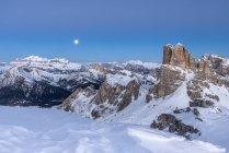 Голубой час и полнолуние в Доломитовых Альпахе с вершинами горной группы Селла и Аверау, Нуволау, Доломитовы, Венето, Италия — стоковое фото