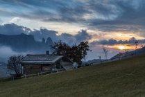Puesta de sol en el Alpe di Siusi Alm con el Sciliar, Alpe di Siusi, Dolomitas, Trentino-Alto Adigio, Italia - foto de stock
