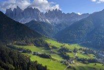 Val di Funes, Puez Olde Parque natural, Trentino-Alto Adigio, Italia - foto de stock