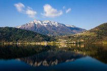 Petite ville au bord de l'eau, Lac Caldonazzo, Trentin Haut Adige, Italie, Europe — Photo de stock