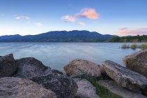 Atardecer ventoso desde Cazzago Brabbia hacia el lago Varese y Campo dei Fiori. Cazzago Brabbia, Lombardía, Italia, Europa - foto de stock