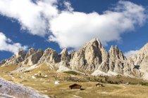 Голубое небо и облака на высоких скалистых вершинах на перевале Гардена Саут-Тироль, Трентино-Альто-Адидже, Италия, Европа — стоковое фото