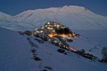 Monti sibillini nationalpark, nachtslandschaft, castelluccio di norcia, umbrien, italien, europa — Stockfoto