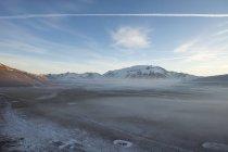 Parc national de Monti Sibillini, Brouillard sur la Grande Pian, Paysage, Castelluccio di Norcia, Ombrie, Italie, Europe — Photo de stock