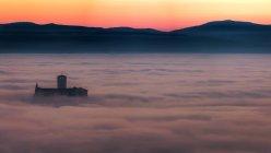 Базиліка Святого Франциска, на заході сонця з містом занурена в туман, Ассизький, Умбрія, Італія, Європа — стокове фото