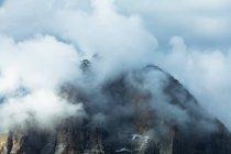 Alpenglow e nuvole evidenziano Tofana di Rozes, Cortina d'Ampezzo, Dolomiti, Veneto, Italia — Foto stock