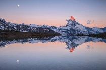 Cervin au lever du soleil reflété à Stellisee, vallée de Zermatt, Zermatt, canton du Valais, Suisse, Europe — Photo de stock