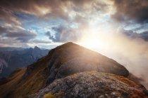 Paisagem deslumbrante típica em algum lugar em Dolomites. Picos, árvores, nuvens — Fotografia de Stock