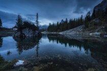 Озеро Федера с горой Бекко ди Меццоди на фоне заката, Беллуно, Доломит, Италия — стоковое фото