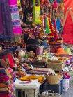 Mercado para turistas. Ciudad Tilcara en el cañón Quebrada de Humahuaca. La Quebrada está clasificada como Patrimonio de la Humanidad por la UNESCO. América del Sur, Argentina, noviembre - foto de stock