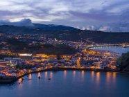 Horta, la ciudad principal de Faial. Isla Faial, una isla en las Azores (Ilhas dos Acores) en el océano Atlántico. Las Azores son una región autónoma de Portugal . - foto de stock